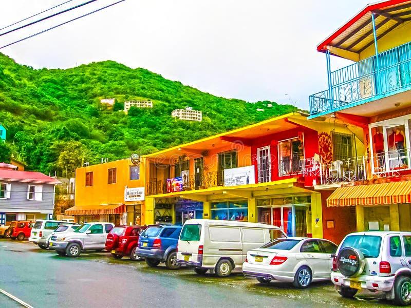 Ville de route, Tortola, Îles Vierges britanniques - 6 février 2013 : Paysage de rue de la ville de route urbaine dans Tortola da photographie stock libre de droits