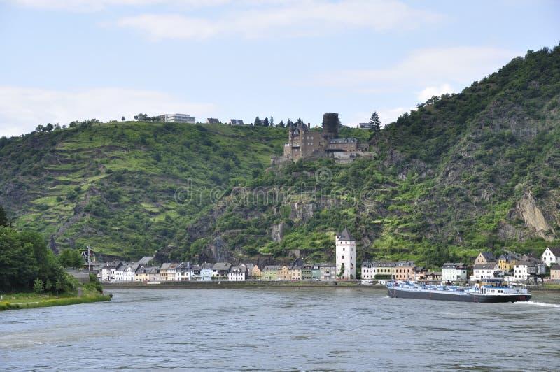 Ville de rue Goarshausen et de château de Katz photo libre de droits