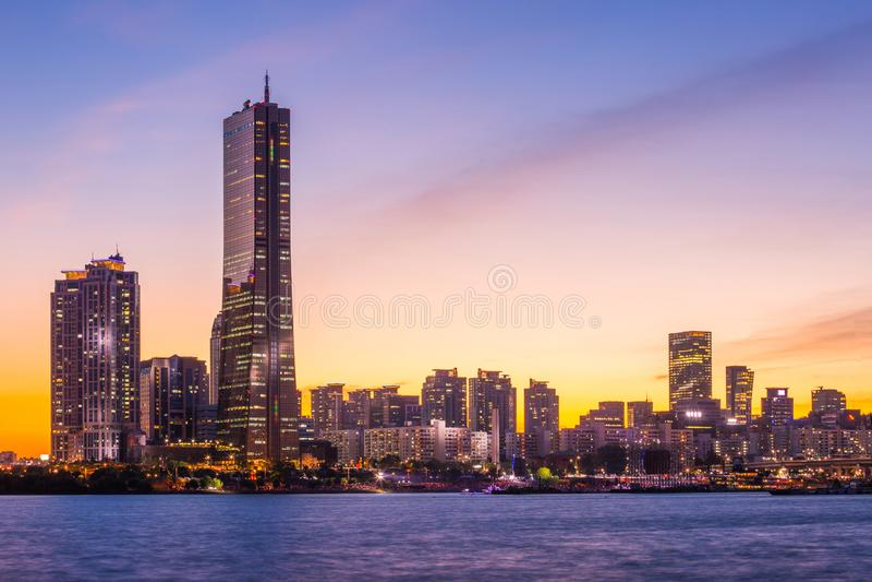 Ville de Séoul et gratte-ciel, yeouido après coucher du soleil, Corée du Sud photographie stock