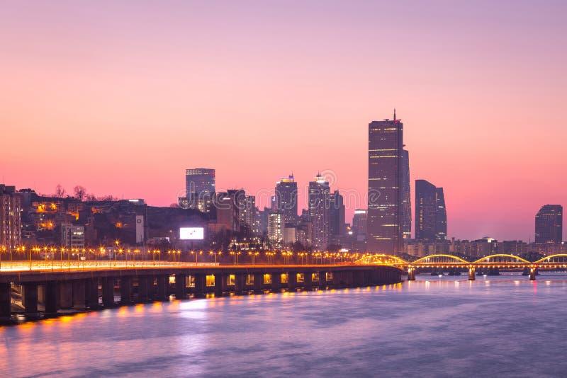 Ville de Séoul et gratte-ciel, yeouido dans le coucher du soleil, Corée du Sud photo libre de droits