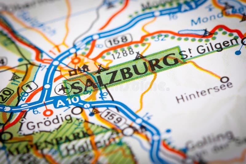 Ville de Salzbourg sur une carte de route images stock