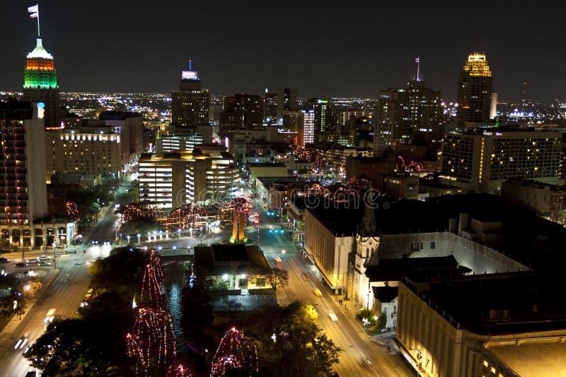 Ville de San Antonio la nuit à la saison des vacances image stock
