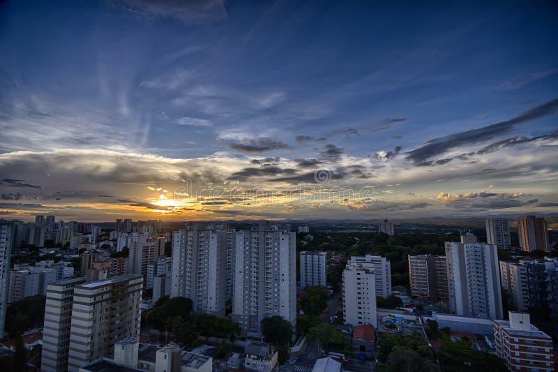 Ville de Sao Jose Dos Campos au coucher du soleil, Sao Paulo, Brésil image libre de droits