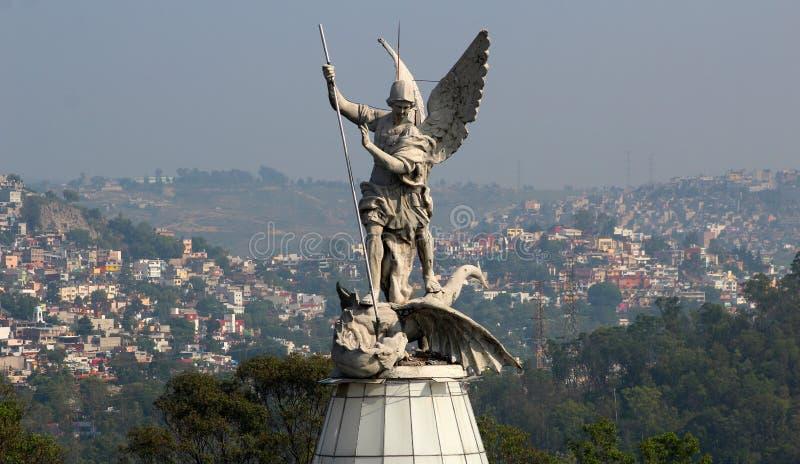 Ville de sculpture en corps d'archange de St Michael pleine dans le dos image stock