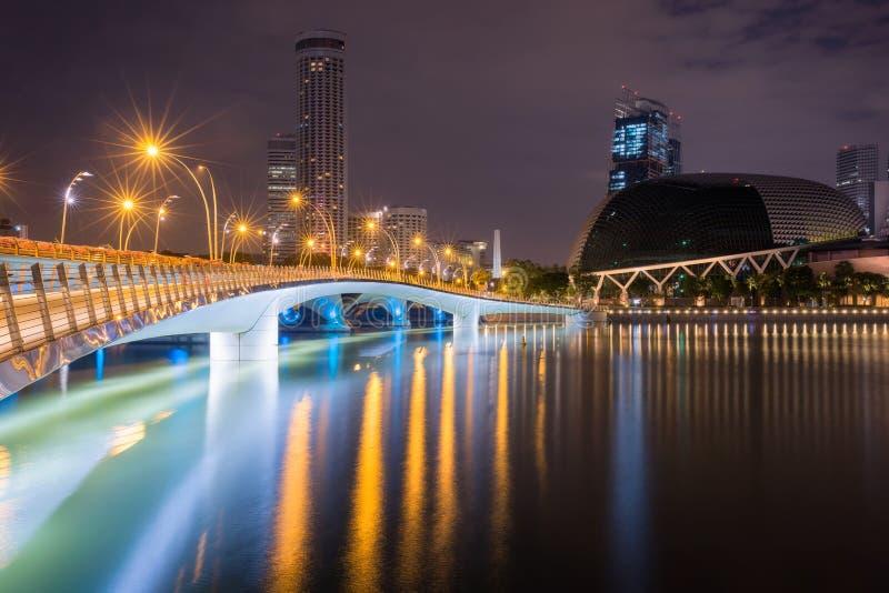 Ville de Singapour avec le théâtre et le pont d'esplanade image libre de droits