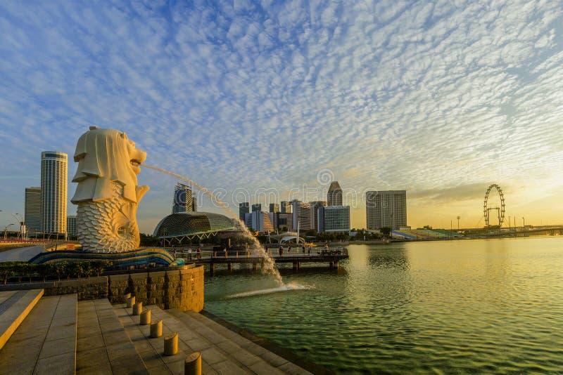 VILLE DE SINGAPOUR, SINGAPOUR : Sept 29,2017 : Lever de soleil à Merlion et à S photos libres de droits