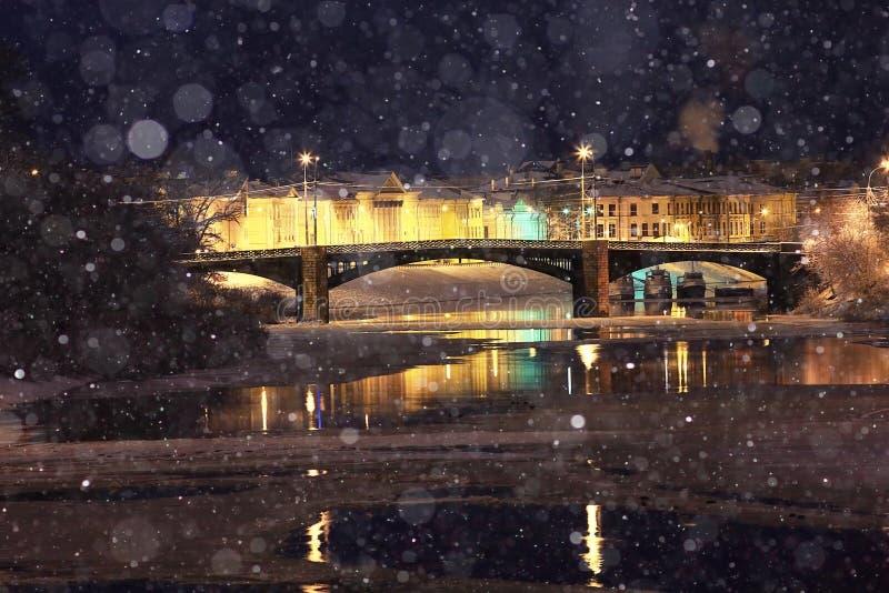 Ville de soirée de tache floue avec la neige photographie stock libre de droits