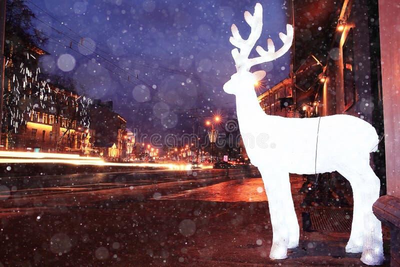 Ville de soirée de tache floue avec la neige image libre de droits