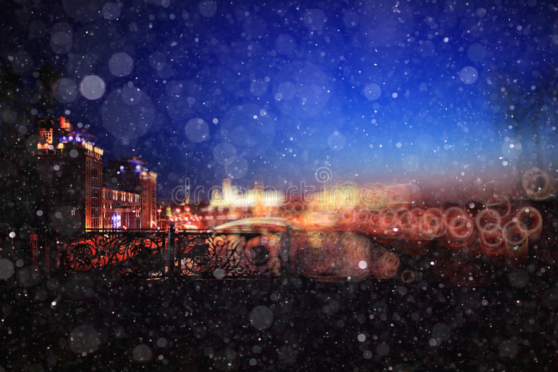 Ville de soirée de tache floue avec la neige photos libres de droits