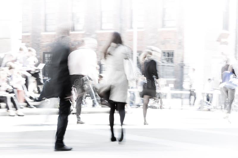 Ville de temps de déjeuner de Londres Image brouillée des personnes de bureau marchant sur la rue Londres, R-U photos stock