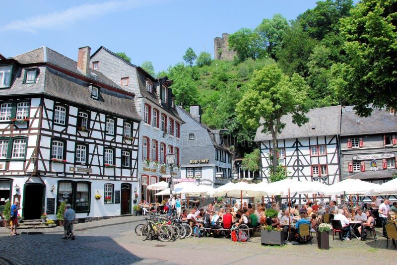 Ville de touristes Monschau avec les maisons à colombage - image libre de droits
