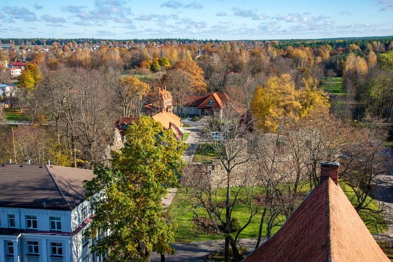 Ville de Valmiera en Lettonie d'en haut photographie stock libre de droits