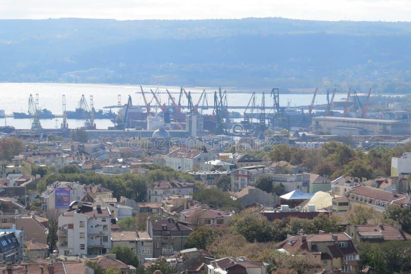 Ville de Varna, Bulgarie, vue d'en haut Photo aérienne avec la Mer Noire derrière photos stock