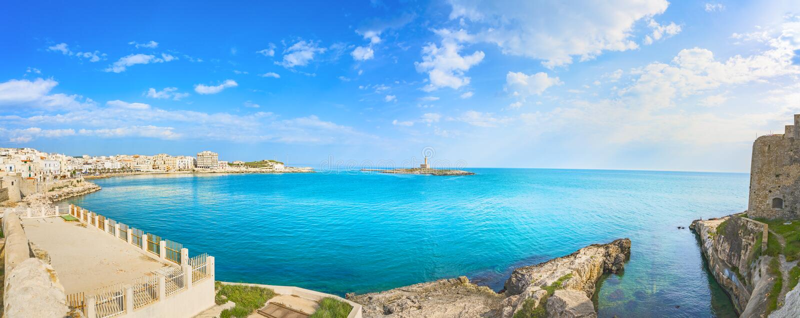 Ville de Vieste sur les rochers et le phare, Gargano, Pouilles, Italie image libre de droits