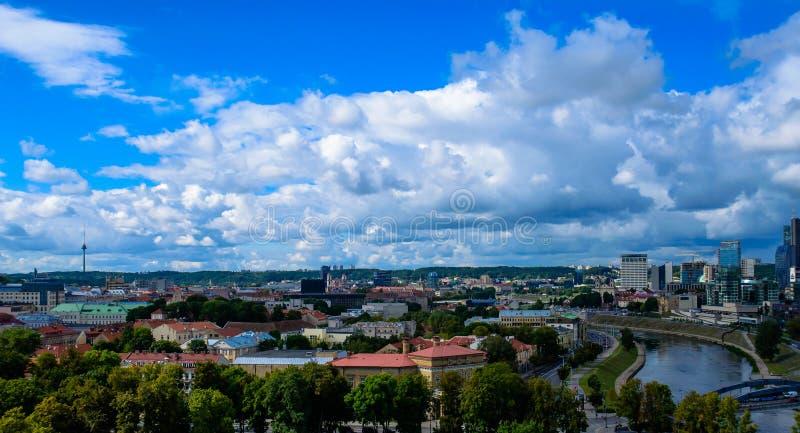 Ville de Vilnius et vue supérieure de nuages photographie stock libre de droits