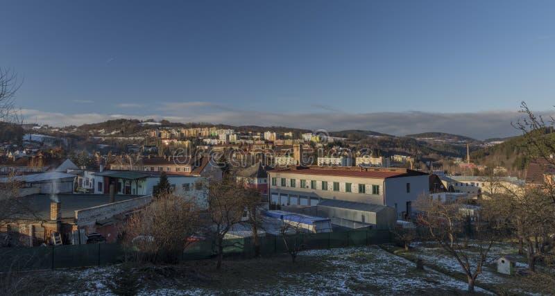 Ville de Vimperk dans la soirée froide d'hiver dans le temps de coucher du soleil images libres de droits