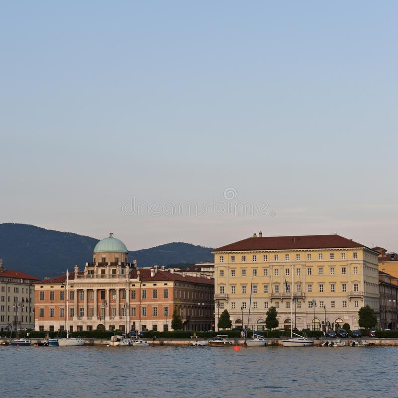 Ville de vue de bord de mer de Trieste, r?gion de Friuli Venezia Giulia de l'Italie photos libres de droits