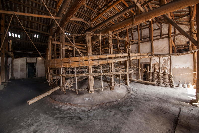 Ville de Zigong, mille mètres de sel antique - les ruines de fils d'une mer antique jaillit des chariots de puissance de personne photos libres de droits