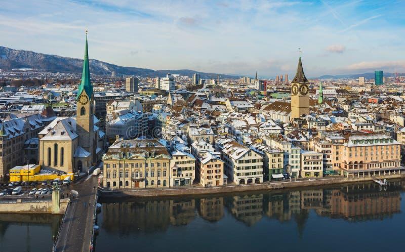 Ville de Zurich comme vu de la tour de la cath?drale de Grossmunster en hiver photo libre de droits