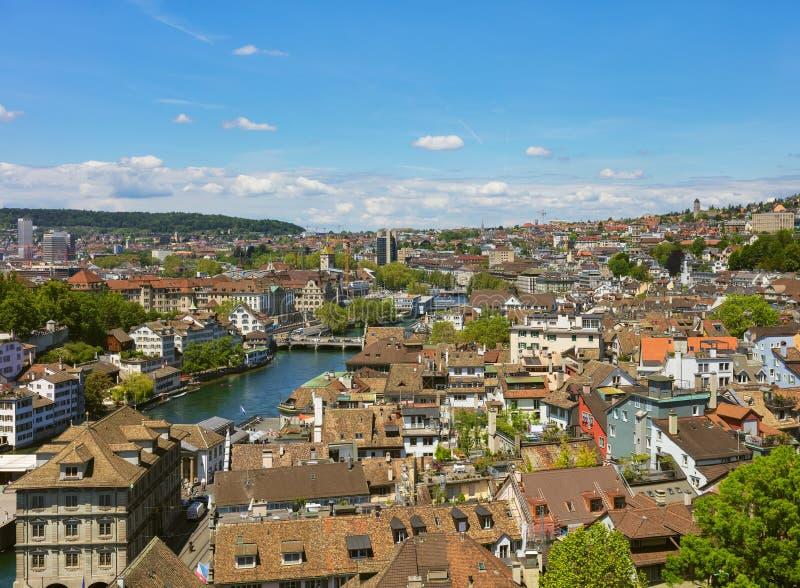 Ville de Zurich comme vu de la tour de la cath?drale de Grossmunster photos stock