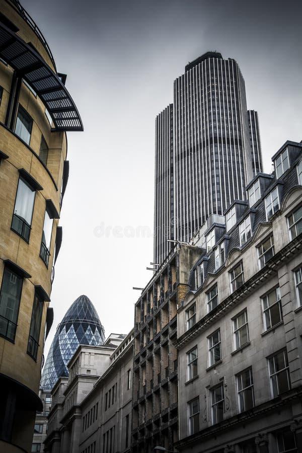 Ville des bâtiments de Londres avec deux gratte-ciel sous le ciel déprimé image stock