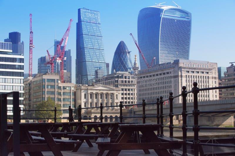 Ville devant le pont de Londres Gratte-ciel modernes de secteur financier sur le fond photographie stock