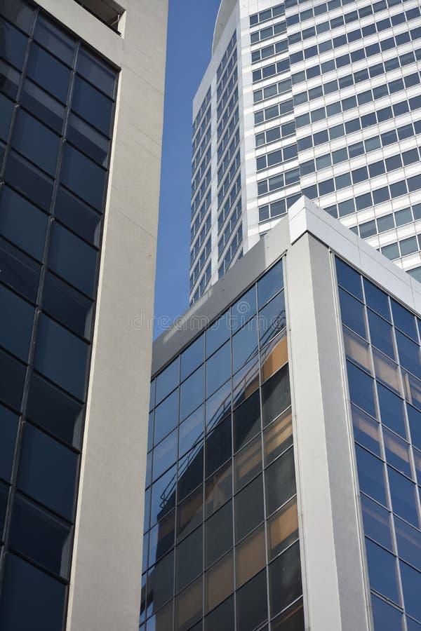 Ville du centre avec trois bâtiments photographie stock