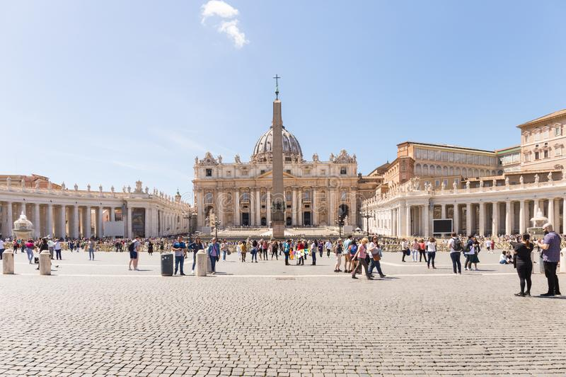 VILLE DU VATICAN - 27 AVRIL 2019 : Touristes en place de St Peter, Di San Pietro de Piazza photo stock