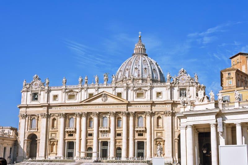VILLE DU VATICAN, VATICAN, Italie - mars 2019 : Fragments de la basilique papale de St Peter San Pietro Piazza à Vatican et photo stock