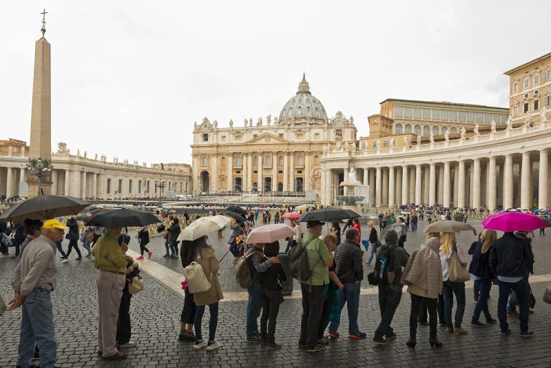 Ville du Vatican, pèlerinage sous la pluie photos stock