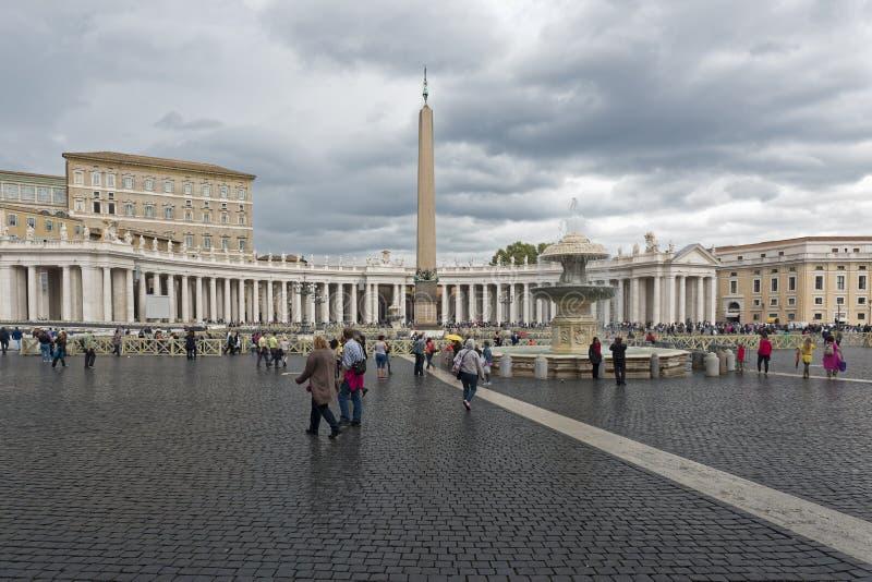 Ville du Vatican, pèlerinage sous la pluie photo libre de droits