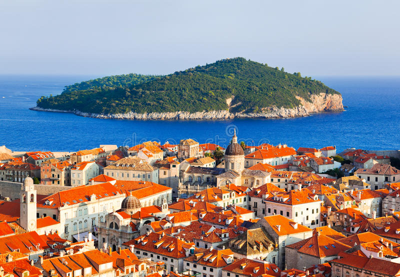 Ville Dubrovnik et île en Croatie photos libres de droits