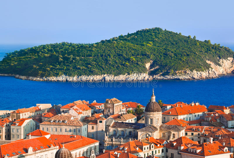 Ville Dubrovnik et île en Croatie photographie stock libre de droits