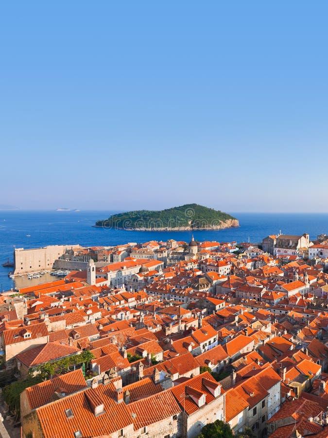 Ville Dubrovnik et île en Croatie image stock