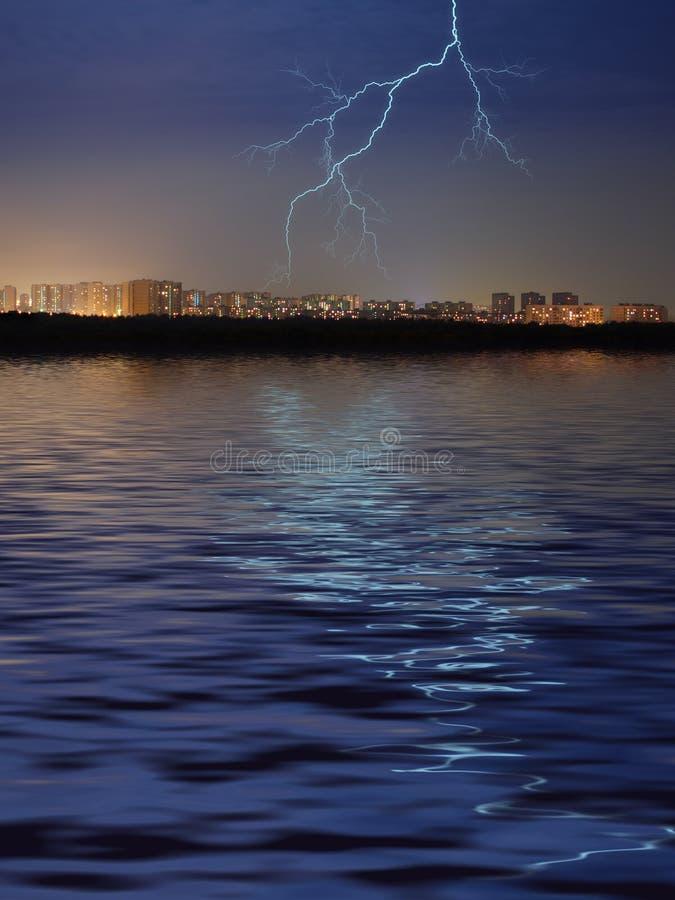 Ville, eau et foudre photographie stock libre de droits