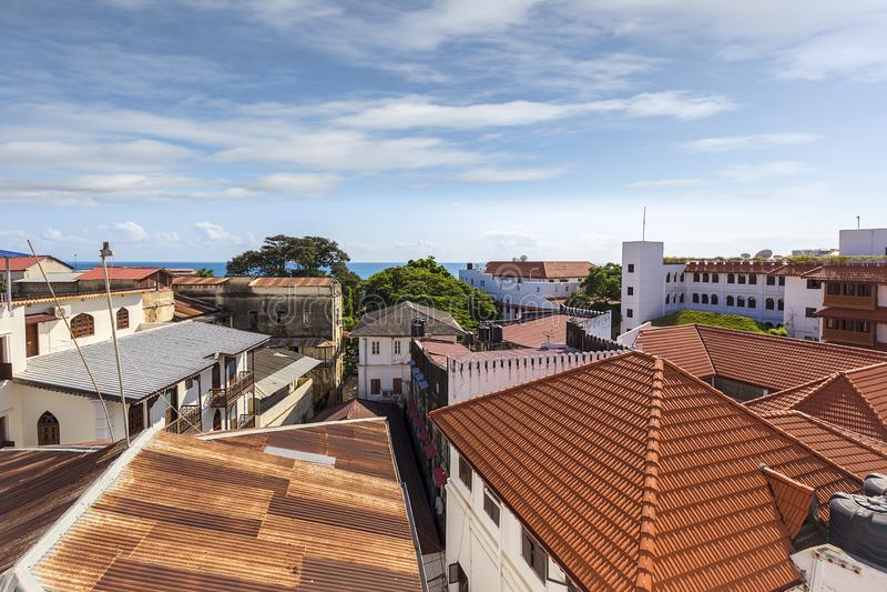 Ville en pierre Zanzibar vue du niveau ci-dessus de dessus de toit montrant un paysage urbain des toits en métal et d'architectur photo stock