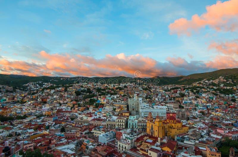 Ville et bâtiments traditionnels colorés coloniaux de l'âge de extraction argenté en colline de coucher du soleil, Guanajuato, Me image libre de droits