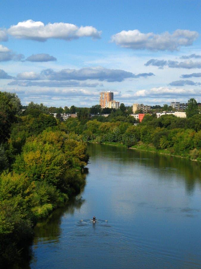 Ville et fleuve image stock
