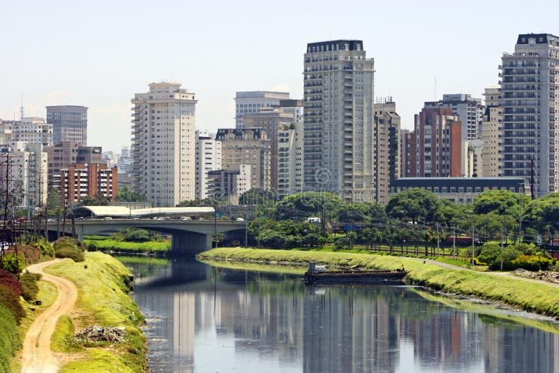 Ville et fleuve - Sao Paulo/Brésil images libres de droits