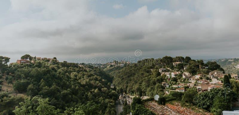 Ville et paysage gris de ciel en France, vue de St Paul de Vence photos libres de droits