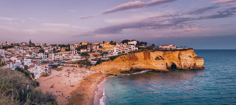 Ville et plage de Carvoeiro dans Lagoa, Algarve, Portugal image stock