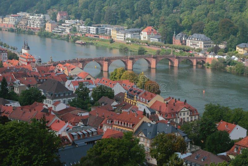 Ville et pont par la rivière Heidelberg, Allemagne photographie stock libre de droits