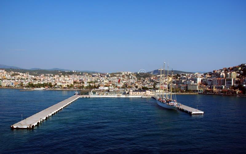 Ville et port à l'île de Kusadasi-oiseau image libre de droits
