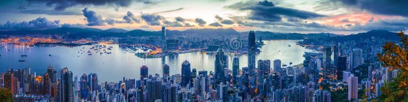 Ville et port à l'aube photographie stock libre de droits