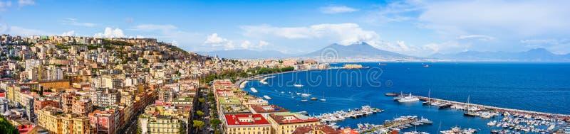 Ville et port de Naples avec le mont V?suve sur l'horizon vu des collines de Posilipo Paysage de bord de la mer du port de ville  photo stock