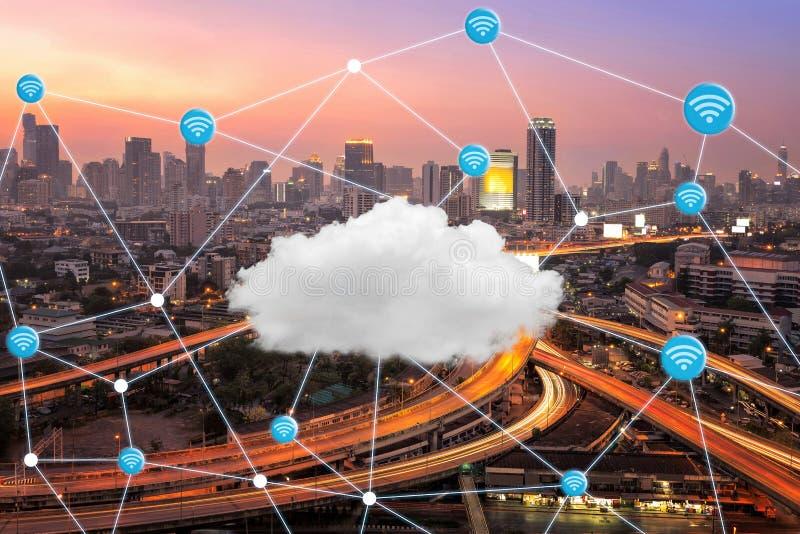 Ville futée avec la connexion de wifi et la technologie informatique de nuage photos libres de droits