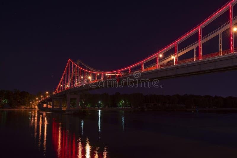 Ville gentille de voyage de lumières de pont piétonnier de Kiev photos stock