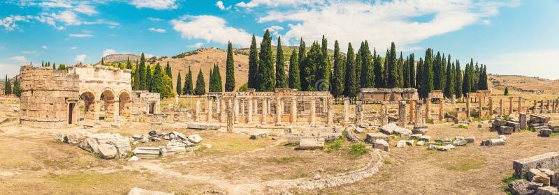 Ville gréco-romaine antique de panorama Ruines de la ville antique, Hierapolis dans Pamukkale, Turquie Endroit antique ruiné image stock