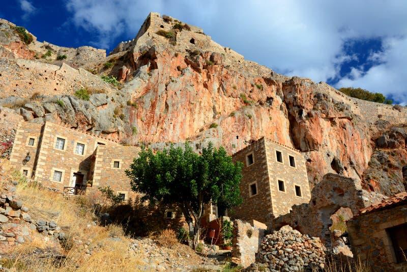 Ville grecque de Monemvasia avec les bâtiments bizantins du côté d'une montagne, Grèce photo libre de droits