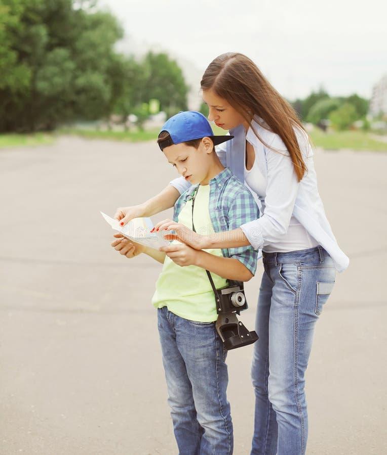 Ville guidée de touristes de mère et d'enfant avec la carte photo stock